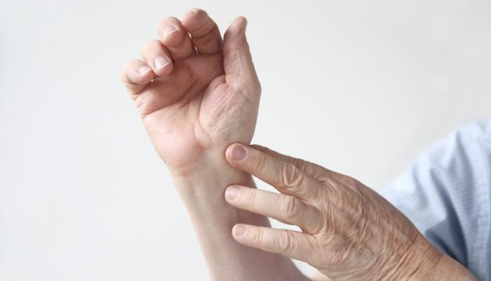 Miért fáj a hüvelykujj ízülete, és hogyan kell megbirkózni vele