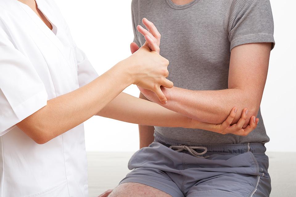 a bal vállízület fájdalma az ujjakat érinti)